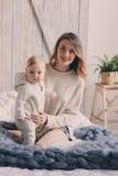 Szczęśliwa matka i 8 miesięcy stary dziecko bawić się w domu i relaksuje w sypialni w ranku Obrazy Stock