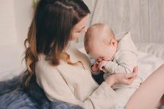 Szczęśliwa matka i 8 miesięcy stary dziecko bawić się w domu i relaksuje w sypialni w ranku Fotografia Royalty Free