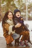 Szczęśliwa matka i rozochocony syn utrzymujemy sparklers lub Bengal podpala plenerowego Zdjęcia Royalty Free
