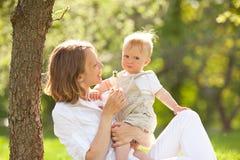 Szczęśliwa matka i syn Zdjęcia Royalty Free