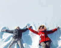 Szczęśliwa matka i syn bawić się mieć zabawę wpólnie kłama w śnieżnej zimie Obraz Royalty Free