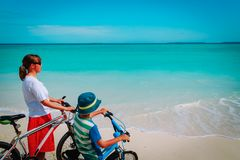 Szczęśliwa matka i syn jechać na rowerze przy plażą Zdjęcie Stock