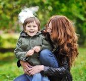 Szczęśliwa matka i syn w parku fotografia royalty free
