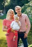 Szczęśliwa matka, ojciec i córka w parku, obraz stock