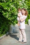 Szczęśliwa matka outdoors obrazy royalty free