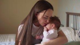 Szczęśliwa matka pieści jej nowonarodzonego dziecka zbiory wideo