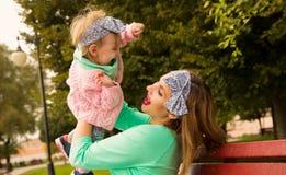 Szczęśliwa matka rzuca dziecka Obrazy Royalty Free