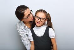 Szczęśliwa matka szepcze sekret ona ekscytuje fotografia stock