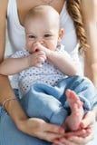 Szczęśliwa matka trzyma nowonarodzonego syna w ona ręki Zdjęcia Royalty Free