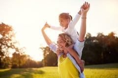 Szczęśliwa matka z córką cieszy się w parku Obrazy Stock