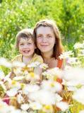 Szczęśliwa matka z córką w lecie Zdjęcia Royalty Free