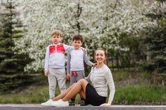 Szczęśliwa matka z dwa młodymi synami outdoors w lecie zdjęcia royalty free