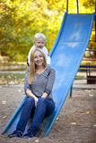 Szczęśliwa matka z dwa roczniaka synem na boisku Fotografia Stock
