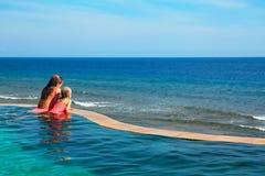 Szczęśliwa matka z dzieckiem w pływackim basenie Zdjęcie Royalty Free