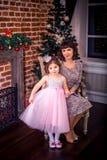 Szczęśliwa matka z jej córką grabą Obrazy Royalty Free