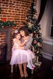Szczęśliwa matka z jej córką grabą Obrazy Stock