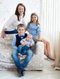 Szczęśliwa matka z jej dziećmi ma zabawę Fotografia Stock