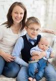Szczęśliwa matka z jej dziećmi ma zabawę w żywym pokoju Zdjęcie Royalty Free