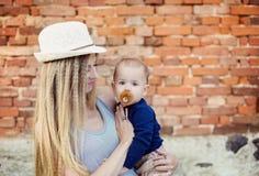 Szczęśliwa matka z jej synem zdjęcia stock