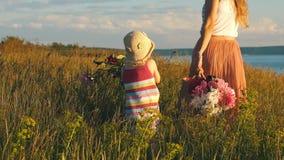 Szczęśliwa matka z małym córka bieg przez pole zbiory