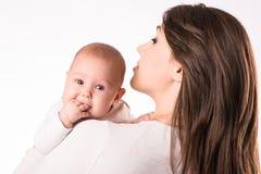 Szczęśliwa matka z nowonarodzoną córką na rękach Fotografia Stock