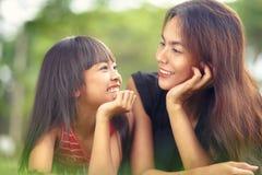 Szczęśliwa matki i dziecka dziewczyna zdjęcie stock