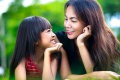 Szczęśliwa matki i dziecka dziewczyna zdjęcie royalty free