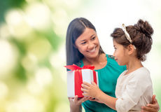 Szczęśliwa matki i dziecka dziewczyna z prezenta pudełkiem Obrazy Royalty Free