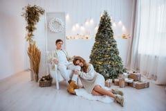 Szczęśliwa miłości para świętuje boże narodzenie wakacje obrazy stock