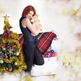 Szczęśliwa miedzianowłosa kobieta z prezentem zdjęcia royalty free