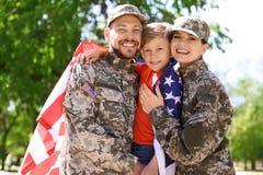 Szczęśliwa militarna rodzina z ich synem, outdoors obrazy royalty free