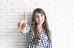 Szczęśliwa millennial dziewczyna ma zabawę indoors Portret młoda piękna kobieta z perfect zębami uśmiecha się, brązowić, oczy Min obraz royalty free