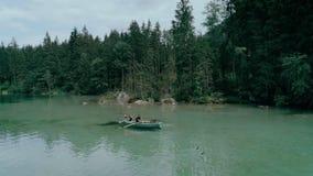Szczęśliwa millennial para na łodzi w wysokogórskim jeziorze zbiory wideo