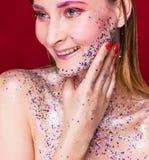 Szczęśliwa moda modela kobieta z modnym błyskotliwość makijażem obraz stock