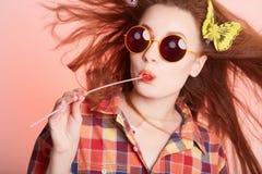 Szczęśliwa modniś dziewczyna w okularach przeciwsłonecznych Zdjęcia Stock