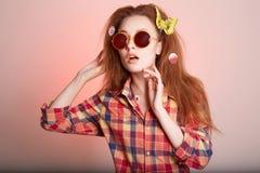 Szczęśliwa modniś dziewczyna w okularach przeciwsłonecznych Fotografia Royalty Free