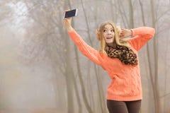 Szczęśliwa mody kobieta w parkowej bierze selfie fotografii Obrazy Stock