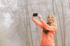 Szczęśliwa mody kobieta w parkowej bierze selfie fotografii Obraz Stock