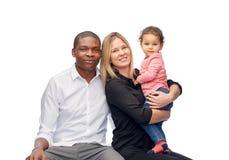 Szczęśliwa multiracial rodzina z małym dzieckiem Zdjęcia Stock