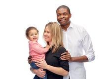 Szczęśliwa multiracial rodzina z małym dzieckiem Zdjęcie Stock