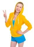 Szczęśliwa nastolatek dziewczyna pokazuje zwycięstwo gest obrazy stock