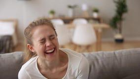Szczęśliwa nastoletnia dziewczyna śmia się głośną patrzeje kamerę w domu zbiory