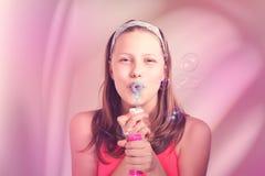 Szczęśliwa nastoletnia dziewczyna dmucha mydlanych bąble Zdjęcia Royalty Free