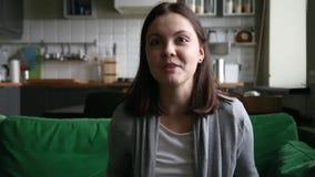 Szczęśliwa nastoletnia dziewczyna komunikuje z przyjaciela wideo onlinym robi wezwaniem zdjęcie wideo