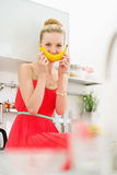 Szczęśliwa nastoletnia dziewczyna ono uśmiecha się z bananem Obrazy Royalty Free