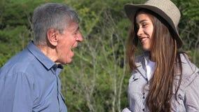 Szczęśliwa Nastoletnia dziewczyna Opowiada Starszy dziad zbiory