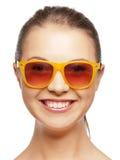 Szczęśliwa nastoletnia dziewczyna w cieniach Obrazy Stock
