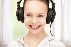 Szczęśliwa nastoletnia dziewczyna w dużych hełmofonach Zdjęcia Royalty Free
