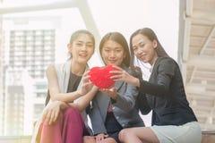 Szczęśliwa nastoletnia dziewczyna w miłości, mieć zabawę na ulicie, trzyma w ręki czerwieni sercu Obrazy Royalty Free