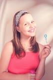 Szczęśliwa nastoletnia dziewczyna z mydlanymi bąblami Zdjęcia Royalty Free